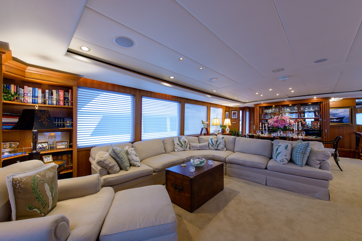 Yacht for sale SILVER SEAS, a 107ft Burger motor yacht - sitting room